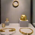 Teile eines Schatzfunds mit Goldgegenständen mit einem Gesamtgewicht von 16 Kilogramm aus Stawropol, in dem sich weiträumige Verbindungen widerspiegeln. Gold, 4. Jahrhundert v. Chr. Staatliche Eremitage St. Petersburg