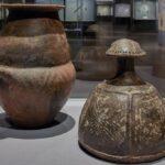 Villanovazeitliche Urne mit helmförmigem Deckel aus Norditalien. Keramik, 8.-7. Jahrhundert v. Chr. Museum für Vor- und Frühgeschichte, Staatliche Museen zu Berlin