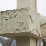 Lübben im Spreewald: 208 Soldaten, gestorben in den Frühjahrskämpfen 1945, fanden auf diesem Ehrenhain ihre letzte Ruhestätte. Das zentrale Mahnmal stammt von Herbert Burschik aus Eisenhüttenstadt.
