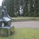 """Neubrandenburg: Die """"Trauernde Mutter"""" von René Graetz sitzt am Nordende des Ehrenfriedhofs für gefallene Rotarmisten, auf dem 261 Tote der Roten Armee beerdigt sind, umgebettet von mehreren Grabstätten in der Stadt."""