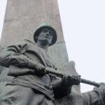 Potsdam: 383 Soldaten, die bei der Befreiung Potsdams starben, sind auf dem Ehrenfriedhof auf dem Bassinplatz beerdigt. Von einem Obelisken in der Mitte der Anlage herab wachen Soldaten der vier Waffengattungen über die Gefallenen.