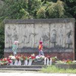 Torgau an der Elbe: Dort trafen sich amerikanische und sowjetische Soldaten und reichten sich die Hand. Im Ehrenfriedhof sind 454 Soldaten, Kriegsgefangene, KZ-Häftlinge und Zwangsarbeiter in Rüstungsbetrieben (auch Frauen und Kinder) begraben.