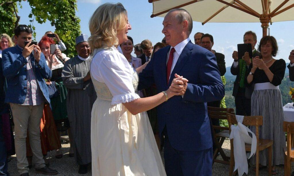 Putin Kneissl 2018 beim Tanz