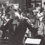 Vitali Alekseenok dirigiert vor der Philharmonie in Minsk