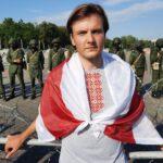 Vitali Alekseenok, gehüllt in Oppositionsfarben, vor der geballten belarusischen Staatsmacht