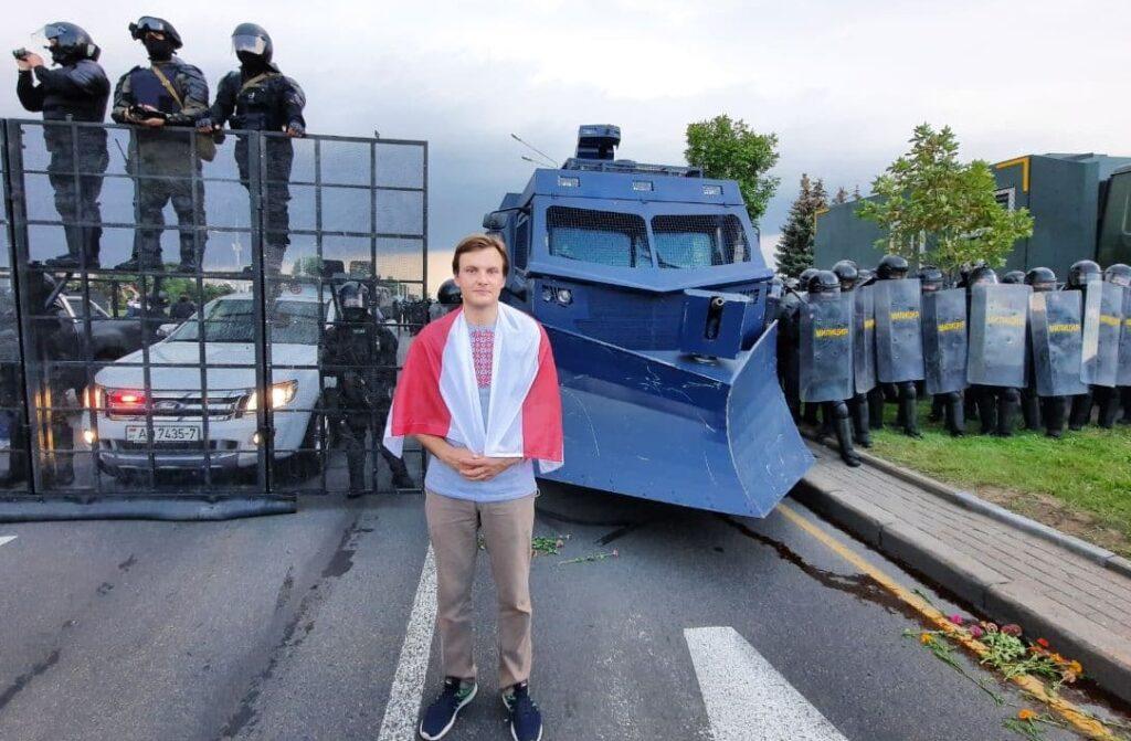 Vitali Alekseenok in Minsk vor Bereitschaftspolizei