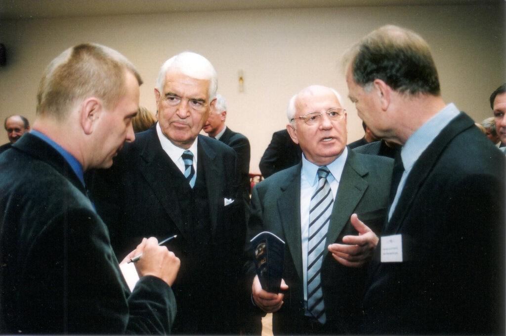Gorbatschow und Peter Bienisch beim 1. Petersburger Dialog