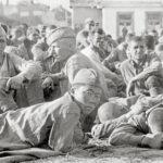 """Sowjetische Gefangene, Juli 1941. Auf der Rückseite des Bilds stand: """"Vom östlichen Kampfgebiet. Vertreter der Sowjet-Armee auf dem Gefangenensammelplatz."""""""