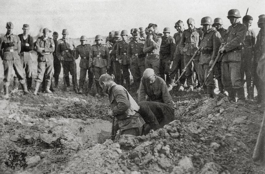 Sowjetische Kriegsgefangene schaufeln ihr eigenes Grab
