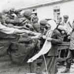 Binnen eines Jahres starben zwei Millionen sowjetische Kriegsgefangene, viele an Hunger und Auszehrung: Verteilung von Brot.