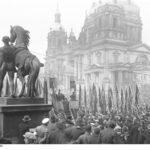 """Aufmarsch der """"Eisernen Front"""" während einer Ansprache des SPD-Reichstagsabgeordneten Otto Wels im Berliner Lustgarten (März 1932)."""