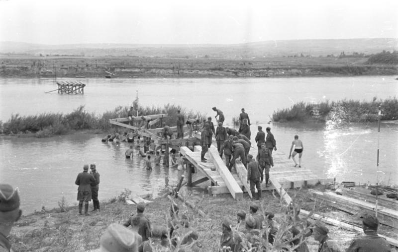 Bessarabien 1941 Pioniere beim Bau einer Behelfsbrücke über den Pruth.