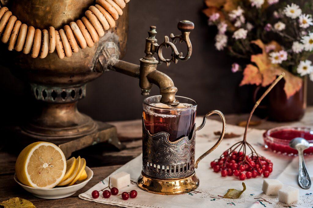 Schwarzer russischer Tee aus dem Samowar mit Viburnum-Früchten
