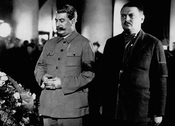 Für seinen Krieg gegen die Literaten gelobt von Stalin: Andrei Schdanow (rechts)